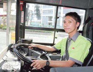 26歲尖子梁領彥兒時夢想當巴士司機,上月初放棄高薪厚職,做九巴司機圓夢,月薪約1.5萬元,現時駕駛296M線。(劉焌陶攝)