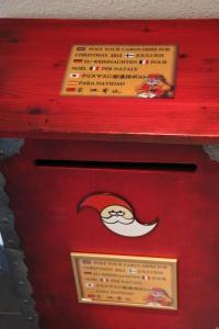 將你的信件放入這些紅色郵筒內,你的信就會等到今年聖誕節才寄出!給你的朋友一個 surprise!