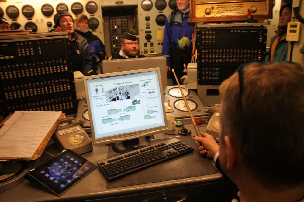 現代船員有電腦有 iPad 用,iPad 裡當然有本國出產的 Angry Bird!(右上角))