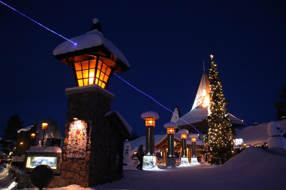 Santa Claus Village 裡,晚上射出的藍光就是北極綫!