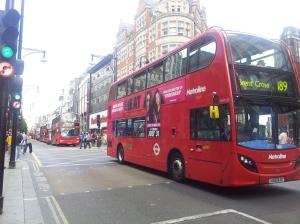 整條 Oxford Street 被紅巴士擠得水洩不通,塞過彌敦道!