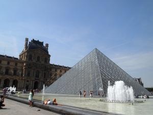 羅浮宮著名的三角形外觀