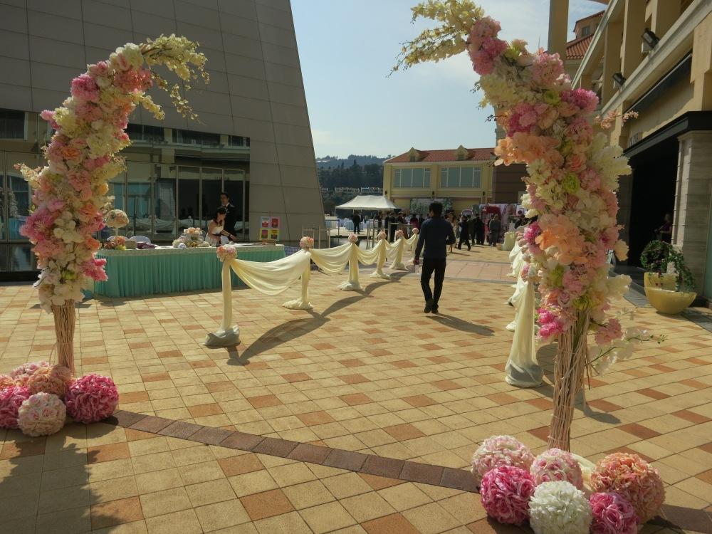 花柱的左邊是 reception,右邊就是給 Showroom 客人的走廊