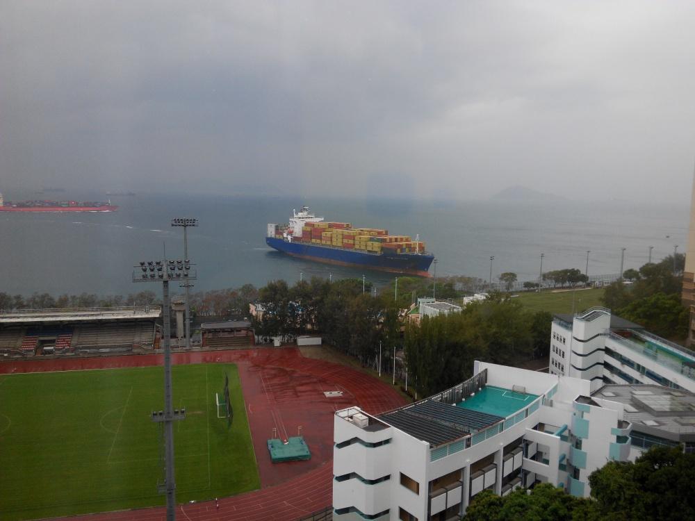 貨櫃輪正衝向岸邊!