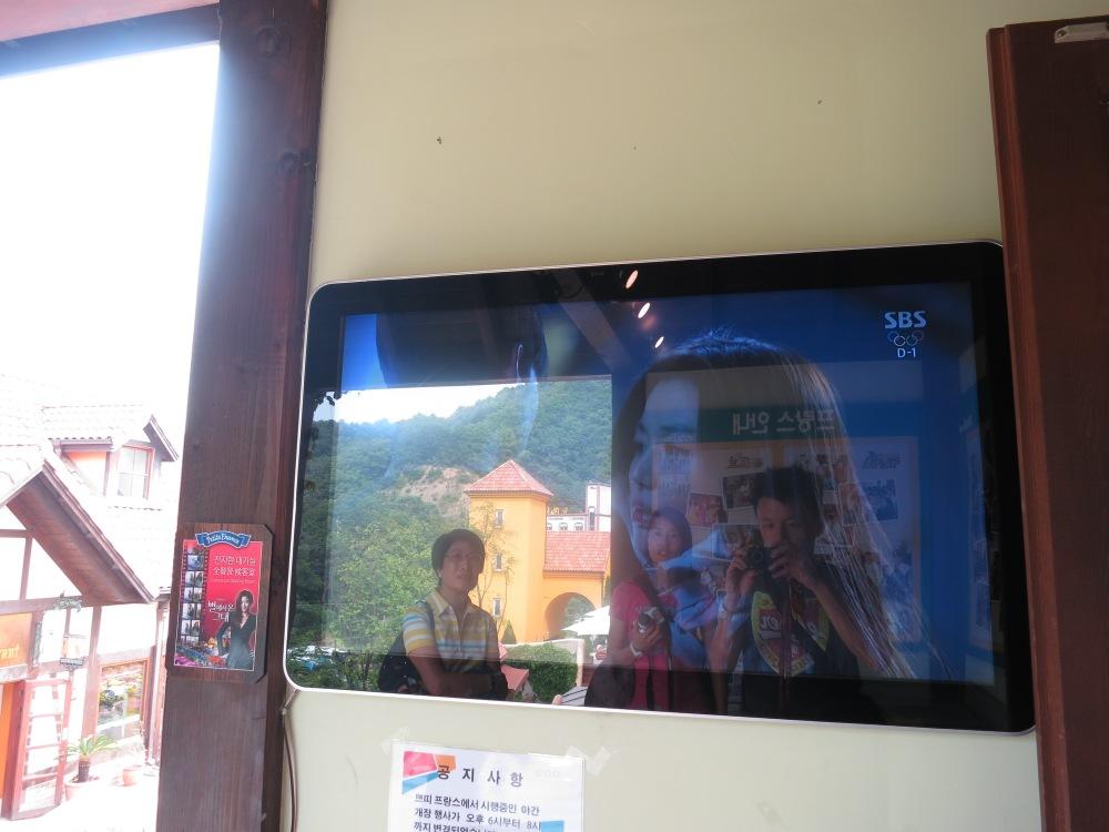 小法國村內專門播「星星」在當地取景片段的電視 -_-''