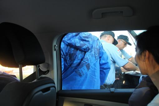 小弟正被克羅地亞警察抄牌的情景