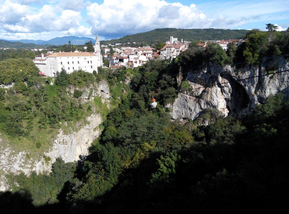 半天吊飛越100米的峽谷