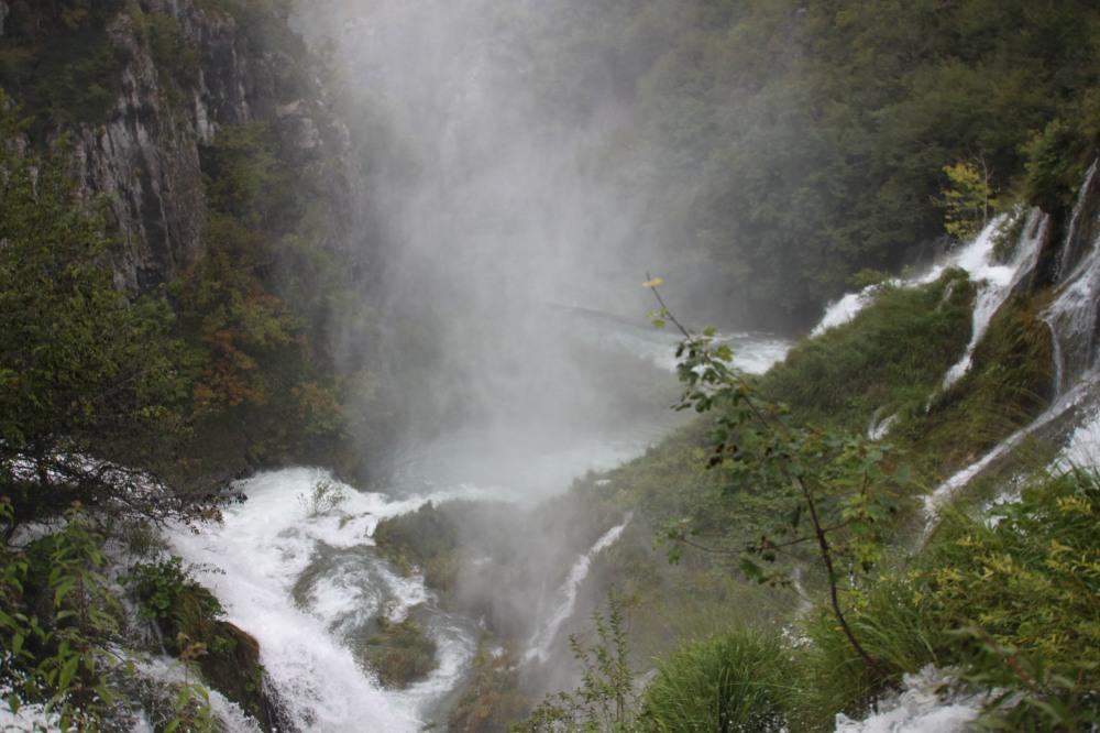 前一日的大雨過後瀑布的流水更洶湧澎湃