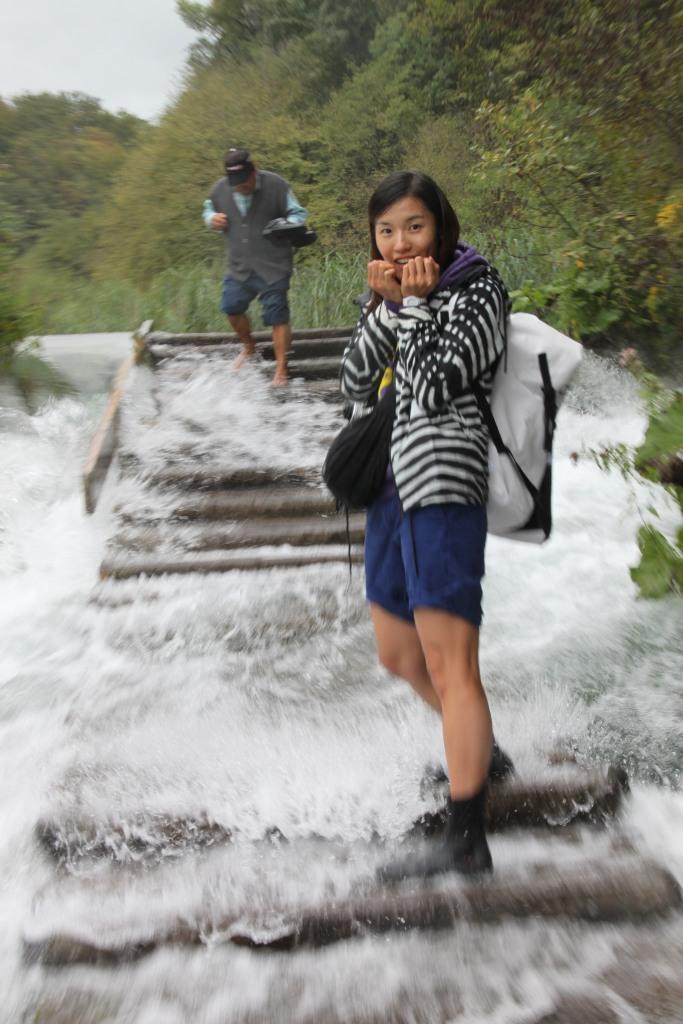 木橋的水流都很急,有些位置不站穩妥些真係會比衝走!