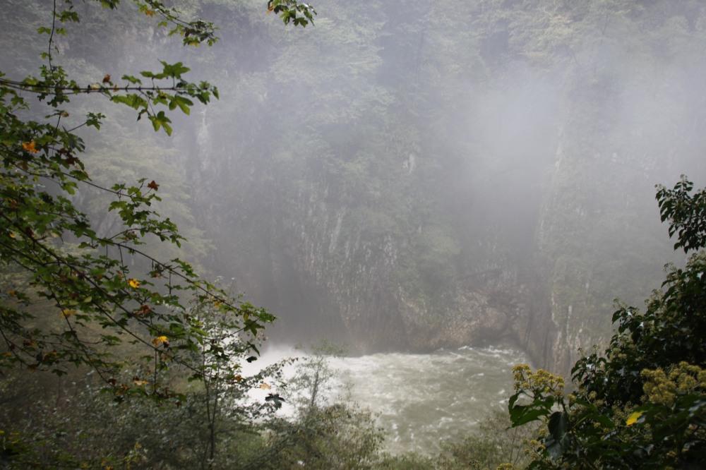 充滿霧氣,望落似高人所住的世外桃源
