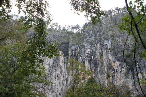 這峭壁讓我想起了華山論劍 --- 兩大宗師在崖上邊走邊鬥三百回合!