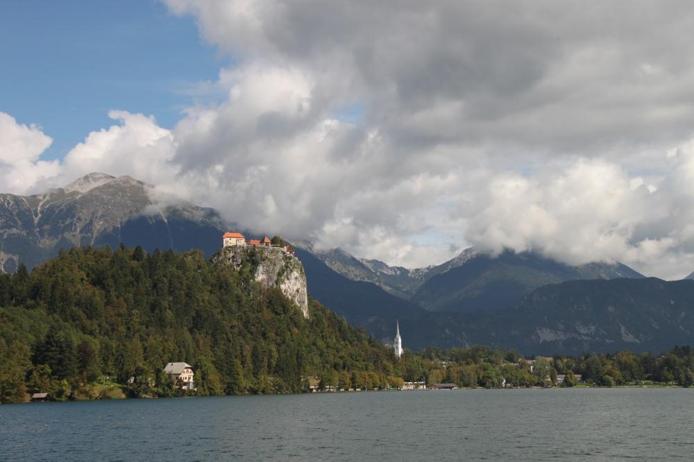 從 Lake Bled 湖中望向岸邊