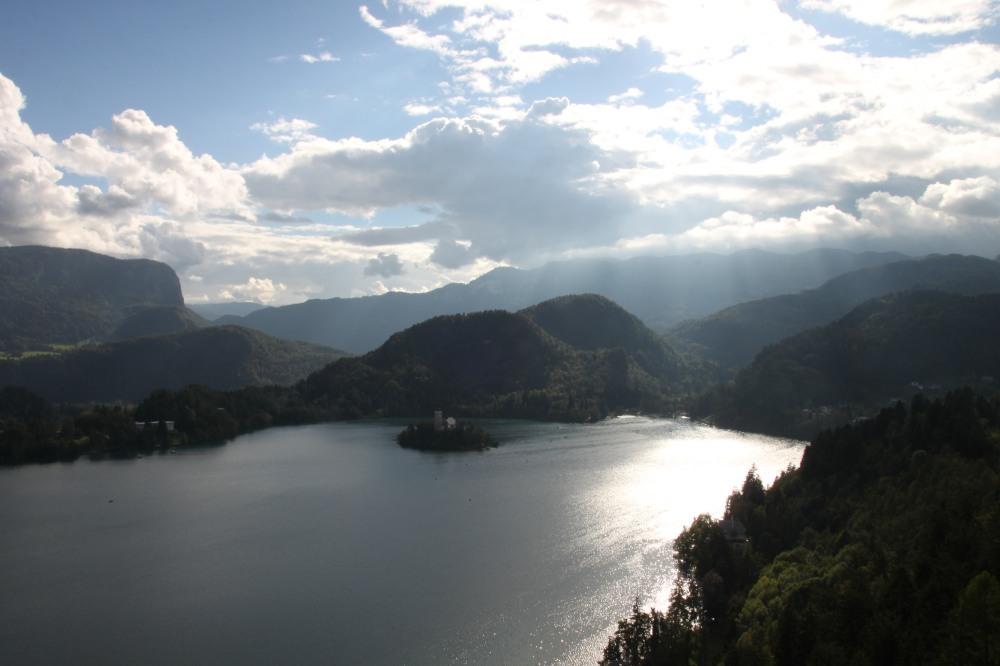 在 Lake Bled 旁邊一個山上小鎮拍的,配合湖水反射的陽光,好靚