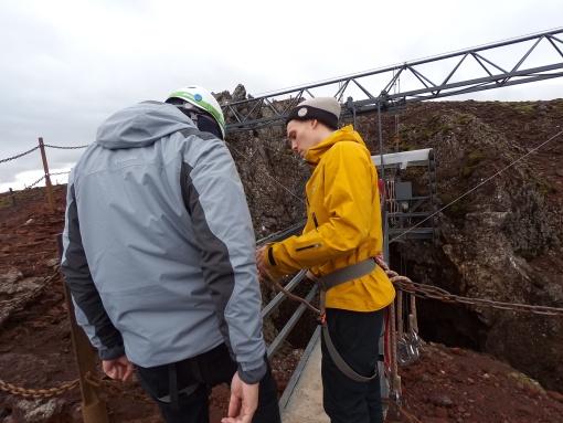 工作人員為我們做好入火山的安全措施