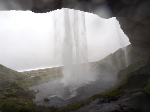 Seljalandsfoss 的特別之處是你可以就到瀑布的後面!