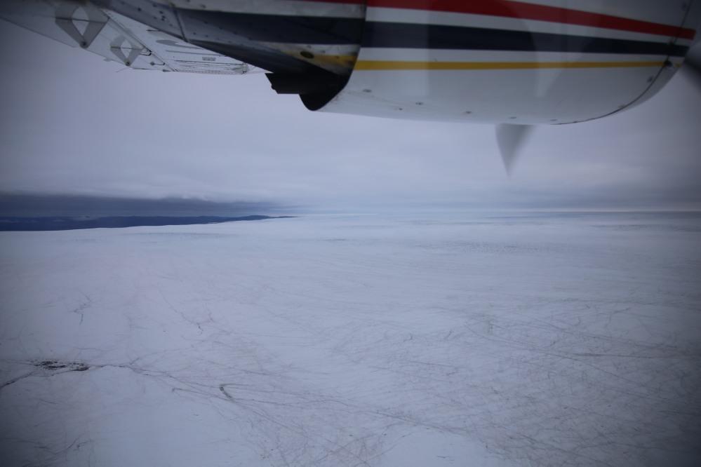 一大片平坦的冰片,上面有著縱橫交錯的裂痕