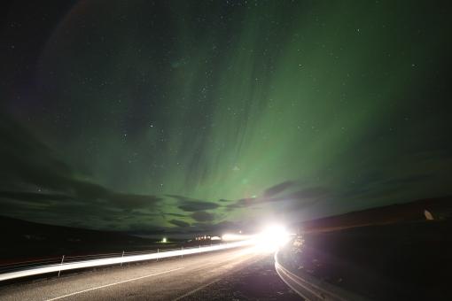 在公路上看北極光,不時都有大貨車行過,對高燈刺眼到爆!
