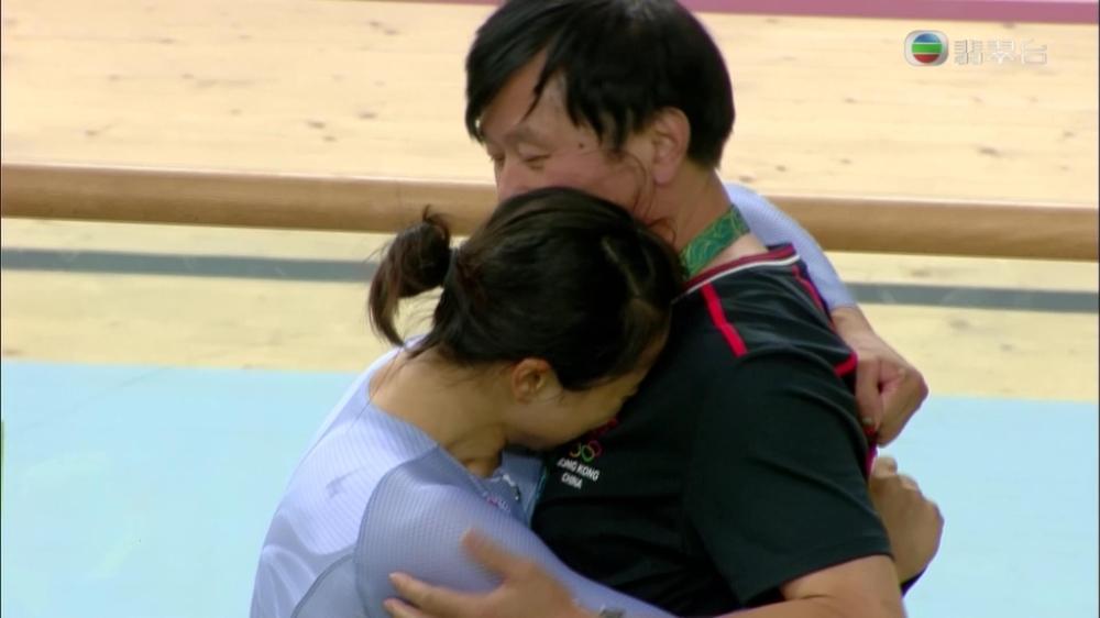 教練沈金康上前安慰李慧詩。(無視電視截圖)